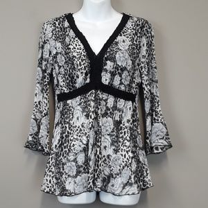 Violet & Claire 3/4 bell sleeve floral blouse